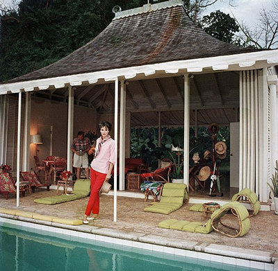 Babe_Paley_wife_of_William_Paley_by_the_pool_in_Round_Hill_Jamaica_1959